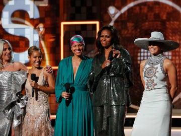 Michelle Obama acompañada por Jennifer López, Lady Gaga, Jada Pinkett Smith y Alicia Keys
