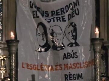 Arran cuelga una pancarta contra los abusos sexuales en el Monasterio de Montserrat