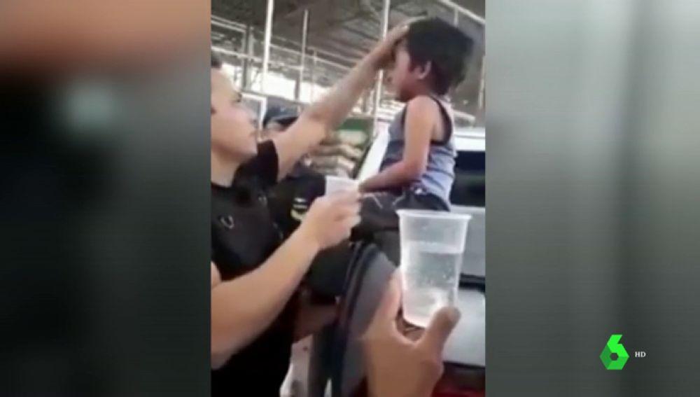 Rescatan a un niño que estuvo encerrado casi dos horas en el coche después de que su padre se fuese a comprar