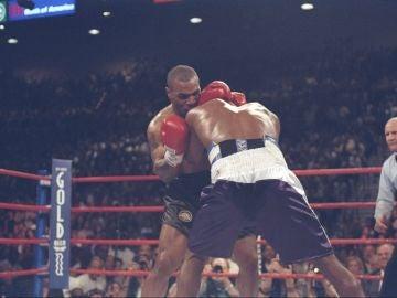 Mike Tyson muerde la oreja a Holyfield
