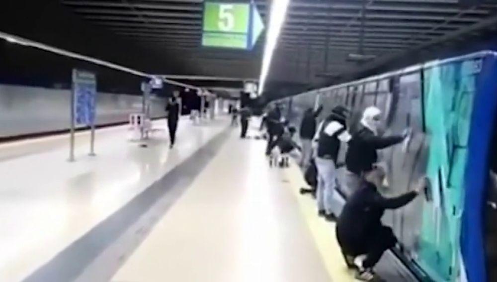 Grafiteros en el metro de Madrid (Archivo)