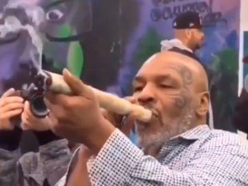 Mike Tyson, fumándose un porro gigante