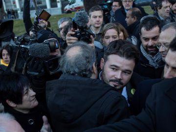 El presidente de la Generalitat, Quim Torra, saluda al portavoz adjunto de ERC en el Congreso, Gabriel Rufián