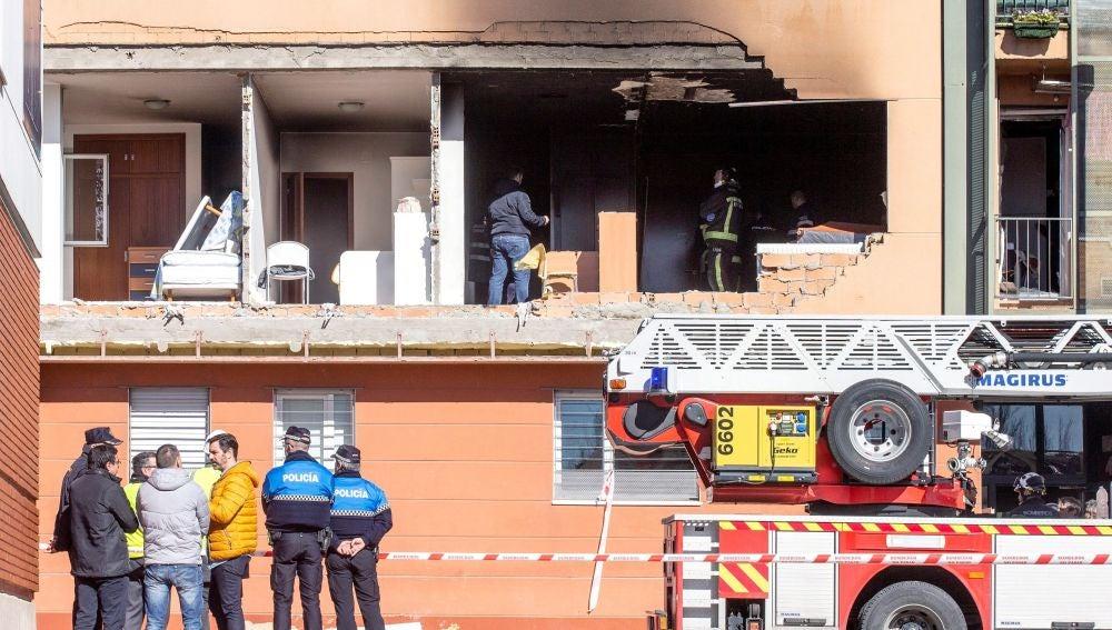 La Policía y los bomberos trabajan en el edificio donde se ha registrado la explosión en Burgos