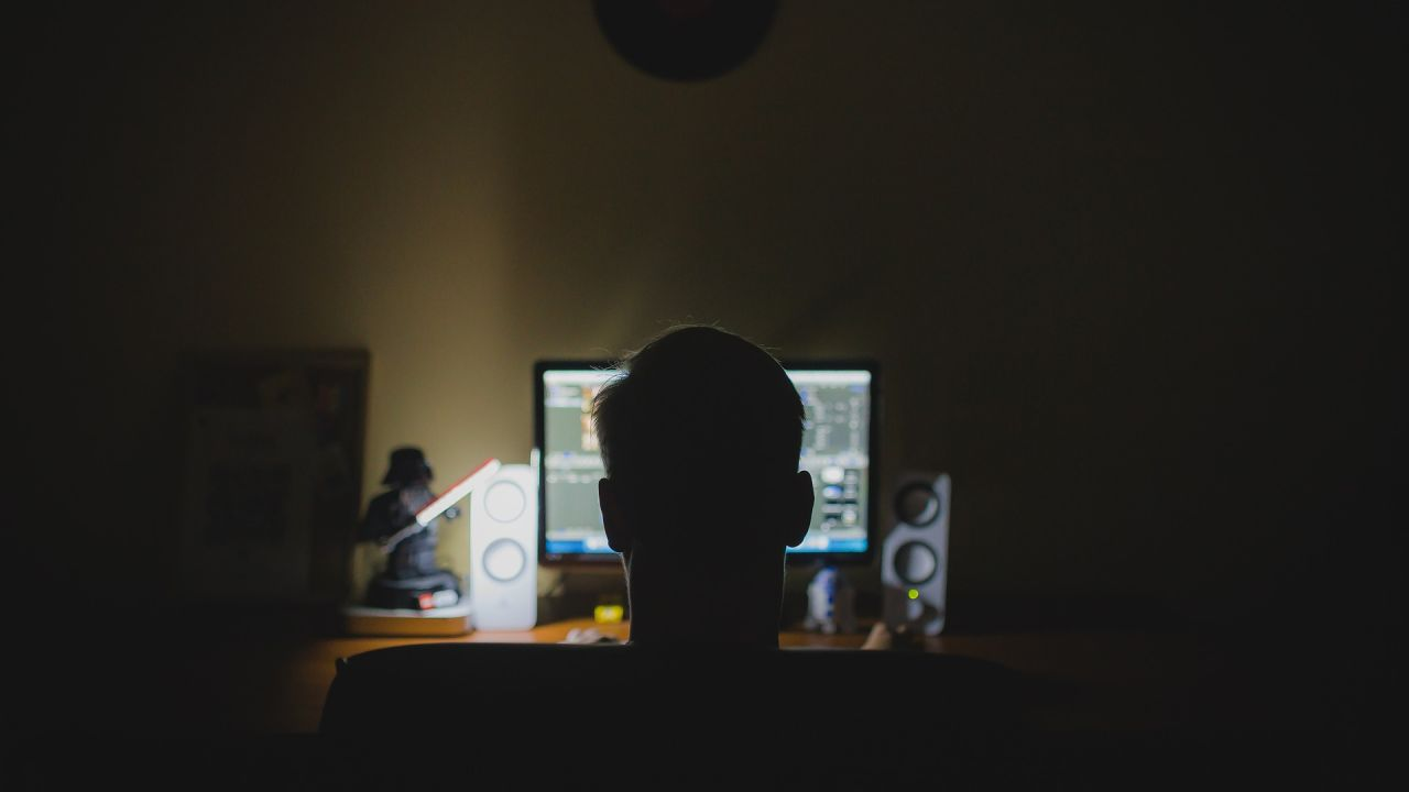 Un hombre delante de un ordenador