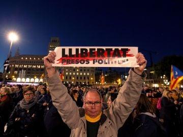 Asistentes a la manifestación contra el juicio por el 1-O en Supremo en Barcelona