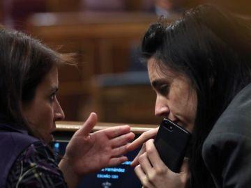 La portavoz de Unidos Podemos, Irene Montero, junto a la diputada socialista Adriana Lastra