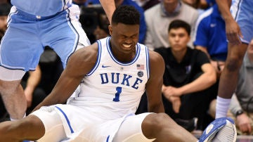 Zion Williamson, con su zapatilla rota, se duele en el suelo