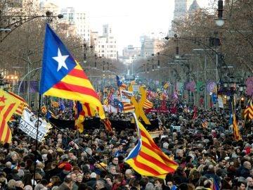 Miles de personas abarrotan la Diagonal de Barcelona
