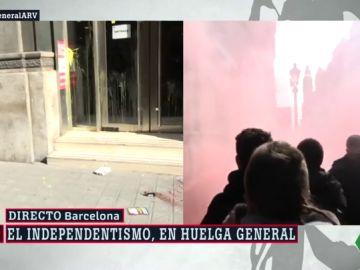 Atacan la sede de Comisiones Obreras con huevos, pintadas y botes de humo