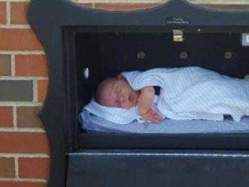 Un recién nacido en un 'Baby Box'