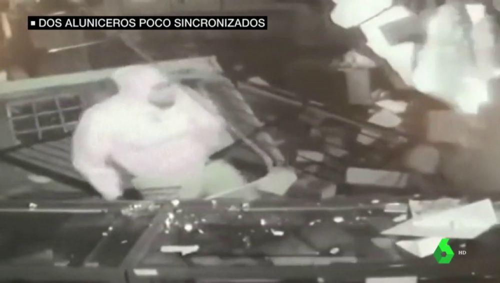 Un ladrón abandona en pleno atraco tras ser atropellado por su compañero