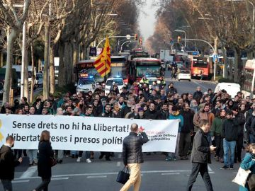 Grupos de personas que secundan la huelga general convocada en Cataluña