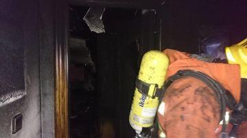 Los bomberos inspeccionan el hotel incendiado en Benidorm