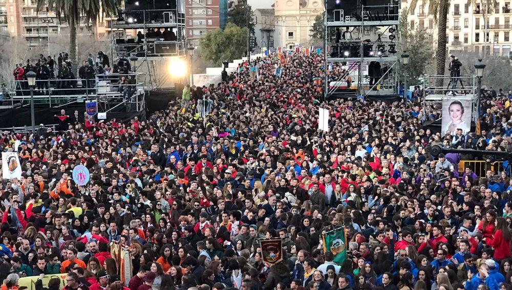 Imagen de archivo de una muchedumbre durante las Fallas
