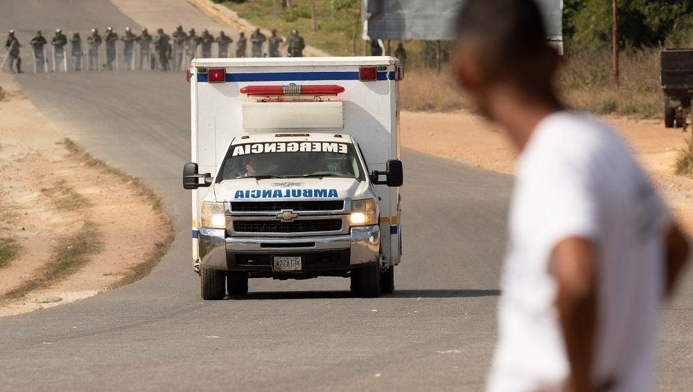 Una ambulancia con supuestos heridos cruza la frontera entre Brasil y Venezuela