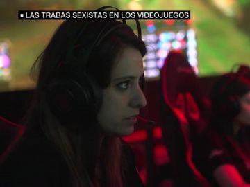 Una joven jugando a un videojuego