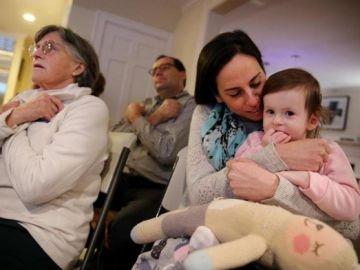 Samantha Savitz junto a su madre en una clase de lenguaje de signos