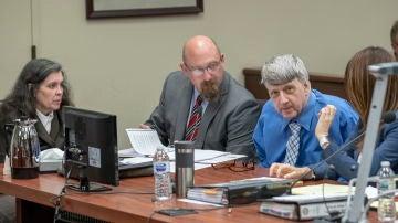 En la imagen, Louise Turpin (i) y su esposo, David Turpin (d), junto al abogado John Moore