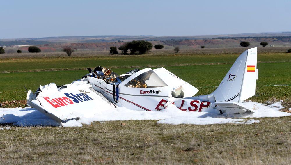 Estado en el que ha quedado la avioneta que se ha estrellado en el aeródromo La Nava, en Corral de Ayllón (Segovia)
