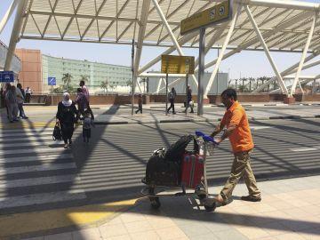 Varias personas caminan por el aeropuerto de El Cairo, Egipto
