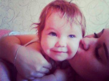 María Plenkina con su hija de tres años
