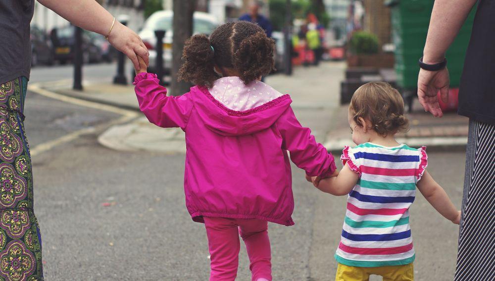 Imagen de archivo de dos niñas andando por la calle.