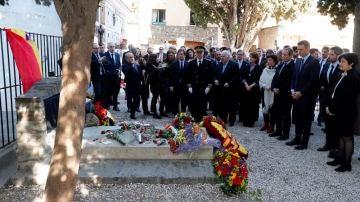 Políticos e intelectuales frente a la tumba de Manuel Azaña en el 80 aniversario de la II República