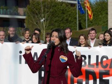Inés Arrimadas frente a la casa de Puigdemont en Waterloo