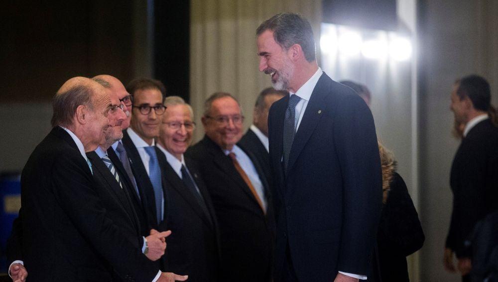 El rey Felipe VI saluda a Miquel Roca (i), uno de los padres de la Constitución