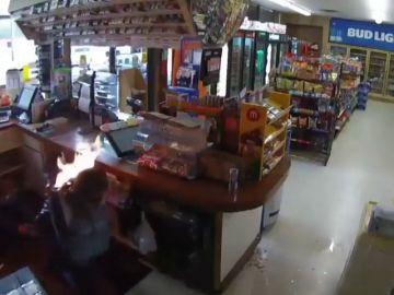 El vídeo del terrible atraco en una tienda de Estados Unidos: amordaza a una clienta y le prende fuego