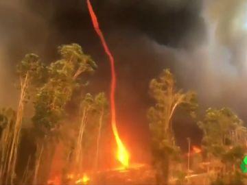 Un bombero logra captar un impresionante tornado de fuego en Australia