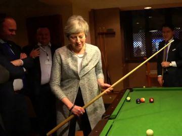 La negociación más informal de Theresa May: ultima el 'Brexit' jugando al billar y con un desayuno