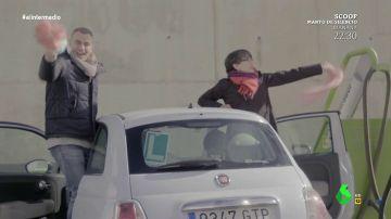 La foto del beso a Thais para el chat de Ciudadanos o el baile al estilo 'Grease' : así ha sido el 'Servicio Público' de Toni Cantó lavando un coche