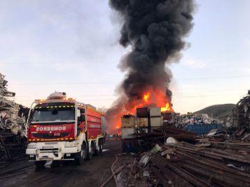 Aparatoso incendio en una chatarrería en San Fernando de Henares