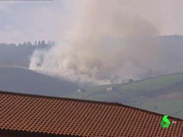 Continúan activos dos fuegos en Cantabria, que sigue en alerta por riesgo de incendios