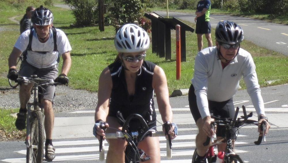 Ciclistas pasando por un paso de peatones