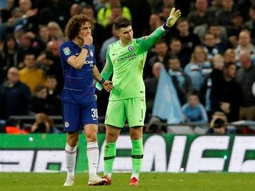 Kepa, junto a David Luiz en la final de la Carabao Cup