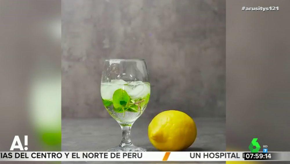 Echar limón a una copa