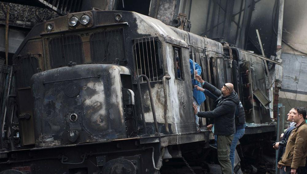 Vista de los daños en uno de los andenes de la estación de tren central en El Cairo