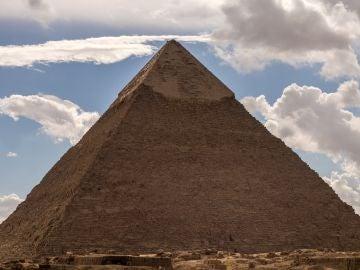 La Gran Pirámide de Guiza se encuentra a unos veinte kilómetros de El Cairo