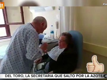 El emocionante vídeo de un anciano, ingresado en el hospital, dando de comer a su mujer