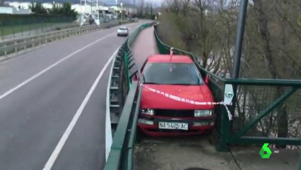 Atrapado el coche en un paseo peatonal