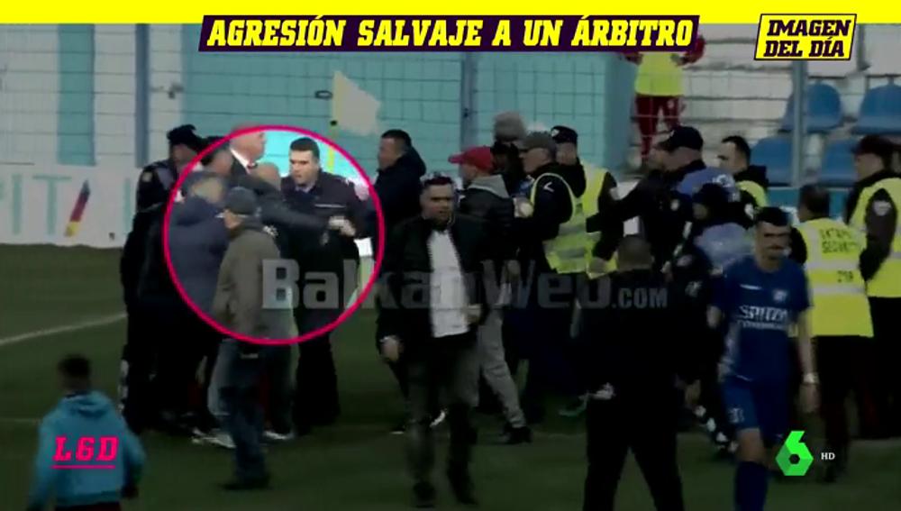 Agreden y pisotean a un árbitro en Albania: hasta el presidente le pegó