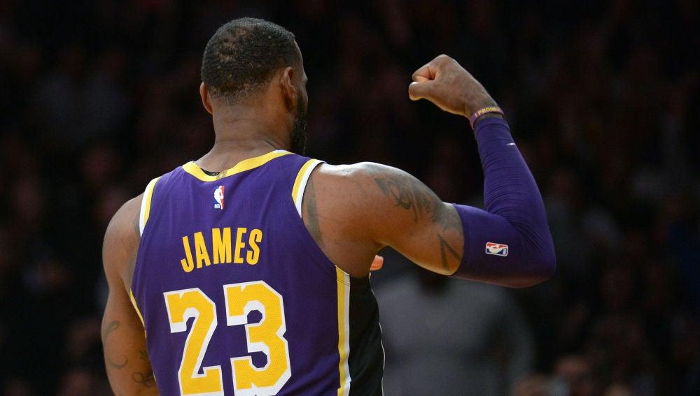LeBron James celebra una canasta ante los Nuggets