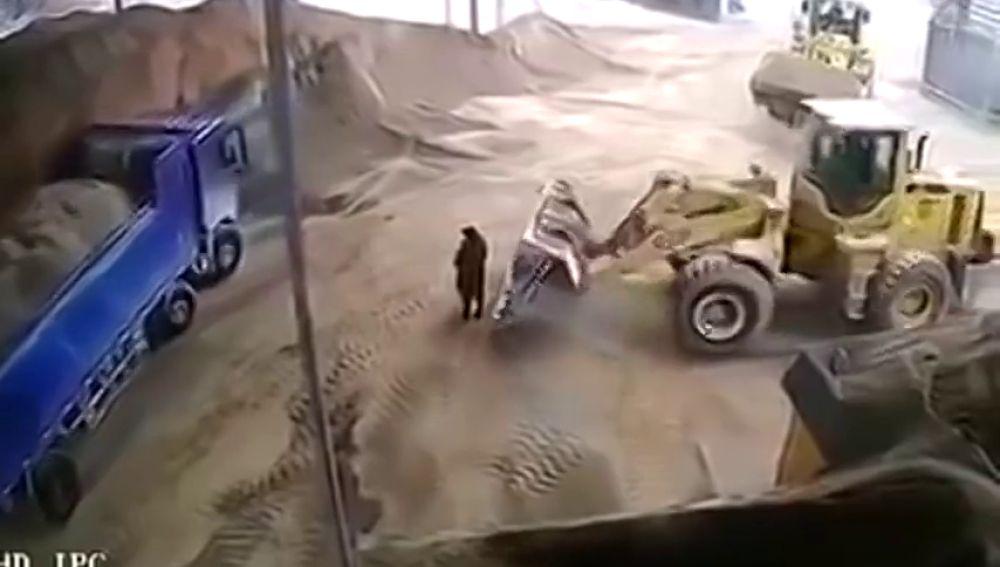 Muere una mujer al ser atrapada por una excavadora y arrojada a una trituradora