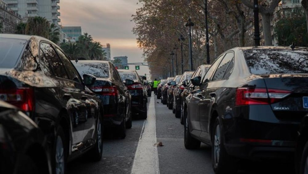 Cabifys aparcados en una calle de Barcelona