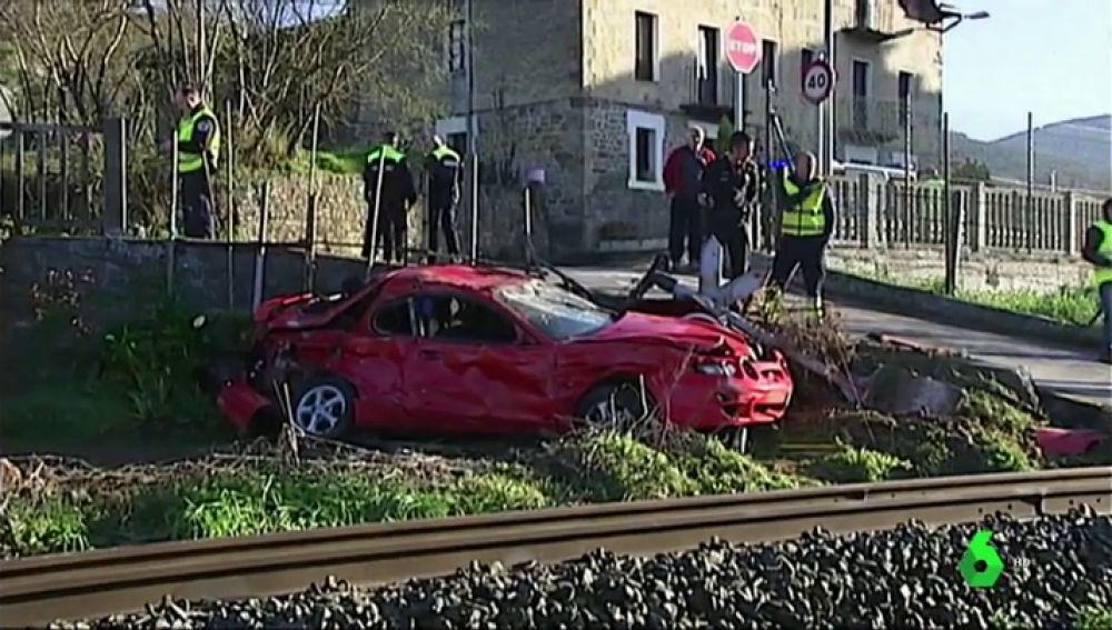 Destrozado, así ha quedado el coche tras ser arrollado por un tren