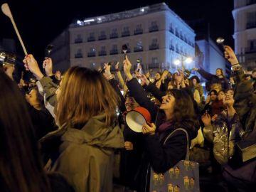 Caceroladas, cánticos y consignas feministas inician las reivindicaciones del 8M