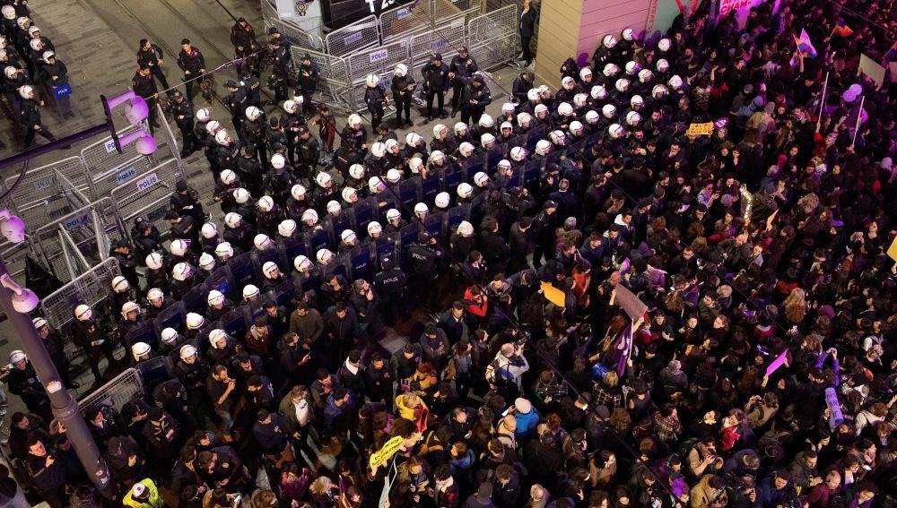 Miles de mujeres participan en la marcha con motivo del Día Internacional de la Mujer en Turquía
